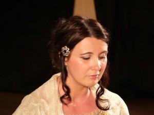 Monika Lukacs interpreta Karoline Esztherhazy